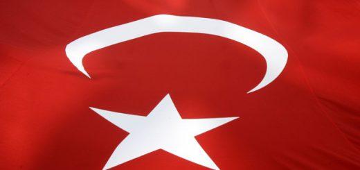 JT4 Istanbul - Členovia ľavicovej robotníckej strany nesú obrovskú tureckú zástavu počas demonštrácie proti rezolúcii o genocíde Arménov osmanskými Turkmi v roku 1915, ktorú včera schválil zahraničný výbor Snemovne reprezentantov amerického Kongresu 11. októbra 2007 v Istanbule. FOTO TASR/AP Members of the left-wing Workers' Party carry a huge Turkish flag during a protest against the U.S. and its passing of a bill describing World War I-era killings of Armenians as genocide, in Istanbul, Turkey, Thursday, Oct. 11, 2007. Despite intense lobbying by Turkish officials and opposition by U.S. President George W. Bush, the House Foreign Affairs Committee passed the bill by a 27-21 vote, a move likely to be considered an insult by most Turks. (AP Photo/Murad Sezer)