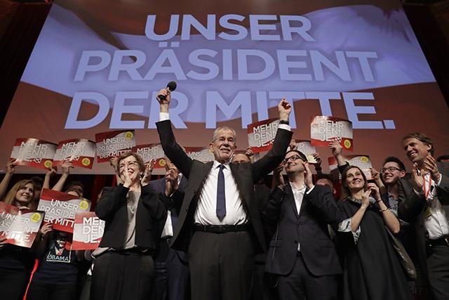WA 3 Viedeň - Nezávislý uchádzač Alexander Van der Bellen, bývalý predseda rakúskej strany Zelených oslavuje so svojimi stúpencami na pódiu vo Viedni po zverejnení prvých oficiálnych výsledkoch v opakovanom druhom kole prezidentských volieb v Rakúsku 4. decembra 2016. Kandidát pravicovo-populistickej Slobodnej strany Rakúska (FPÖ) na post spolkového prezidenta Norbert Hofer priznal dnes svoju porážku v opakovanom druhom kole prezidentských volieb, ktorého víťazom je podľa zverejnených odhadov nezávislý uchádzač Alexander Van der Bellen, bývalý predseda rakúskej strany Zelených.FOTO TASR /AP Presidential candidate Alexander Van der Bellen, a former leading member of the Greens Party, celebrates on the podium at a party of hius supporters in Austria's capital Vienna Sunday, Dec. 4, 2016, after the first official results from the Austrian presidential election showed left-leaning candidate Alexander Van der Bellen with what appears to be an unbeatable lead over right-winger Norbert Hofer. (AP Photo/Matthias Schrader)