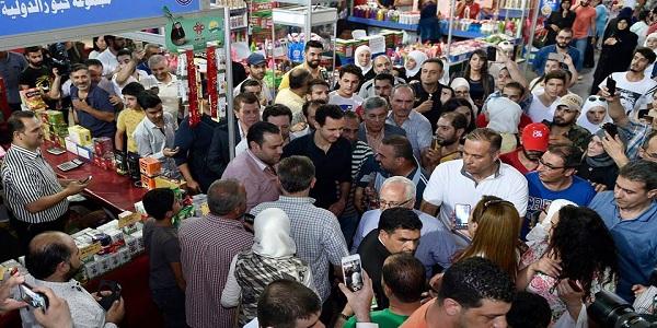 """Prezident Al-Assad navštívil prodejní výstavu """"Made in Sýria"""" - VIDEO 4"""